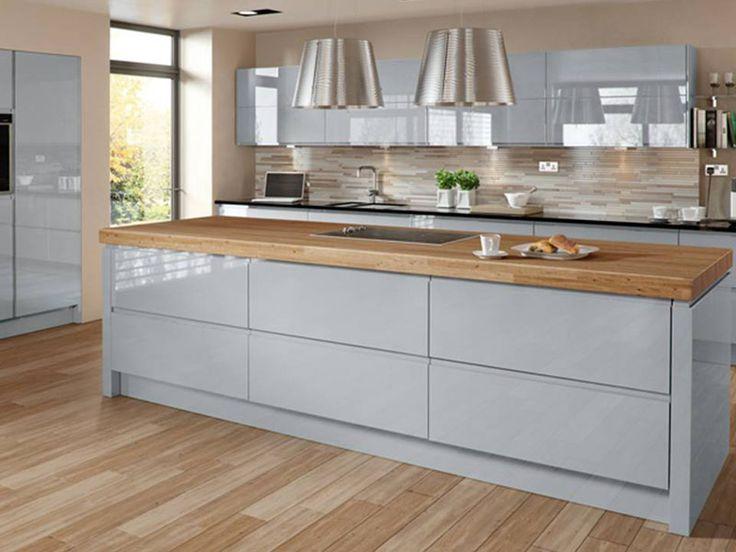 Kuchyňská linka v otevřeném prostoru propojeném s obývacím pokojem
